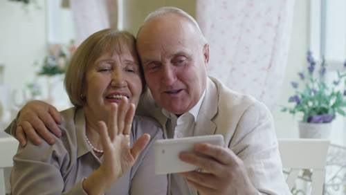 Wann können wir unsere Großeltern umarmen? Liebe auf Distanz