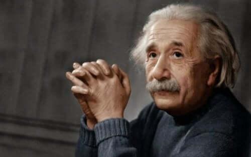 Viele weitere Prominente, wie Albert Einstein, Tim Burton und Bill Gates waren bzw. sind möglicherweise von der Autismus-Spektrum-Störung betroffen