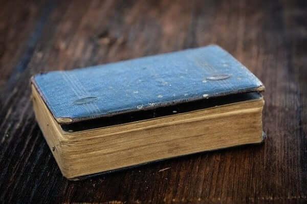 Ein altes, zerfleddertes Buch.