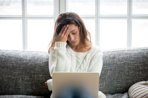 Frau hat Angst um ihren Job