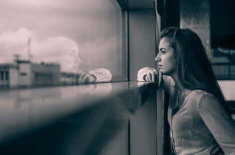 Frau am Fenster hat Zeit zum Nachdenken