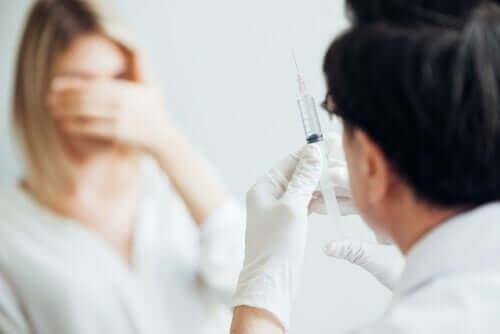 Eine Frau leidet an Trypanophobie