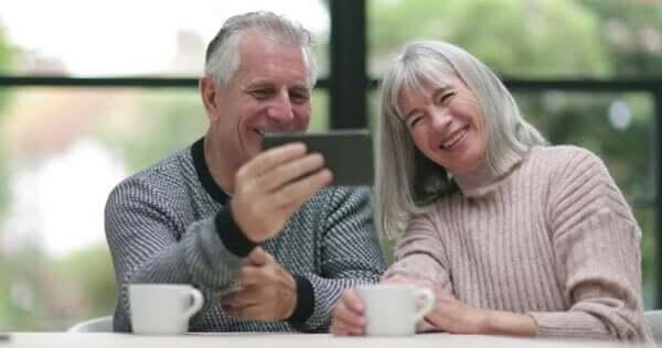 Großeltern umarmen auf Distanz