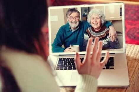 Großeltern umarmen in der Distanz