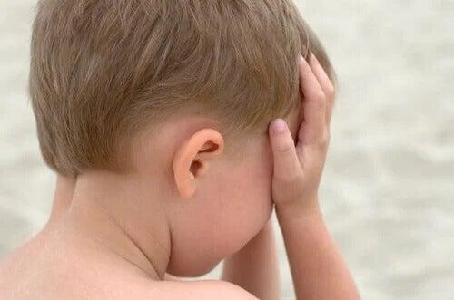 Junge schämt sich wegen Tic-Störungen