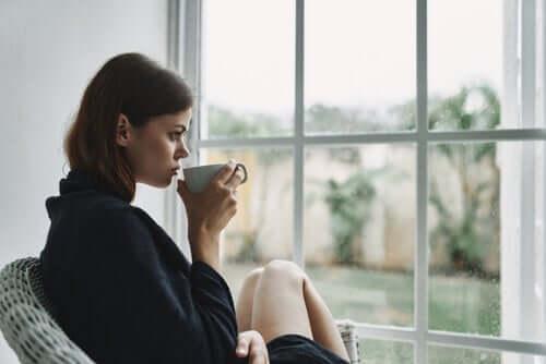 Grenzen setzen - Frau trinkt Kaffee