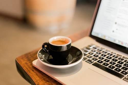 Grenzen setzen - Tasse Kaffee auf Laptop
