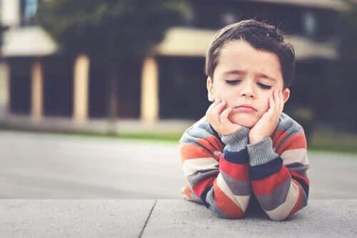 Langeweile bei Kindern - gelangweilter Junge