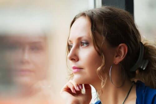 Stimuluskontrolle - Frau sieht aus dem Fenster