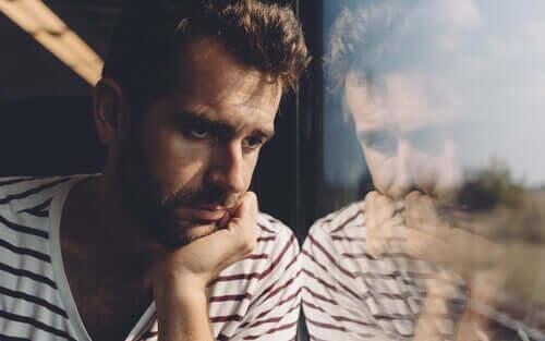 emotionale Überlastung - nachdenklicher Mann am Fenster