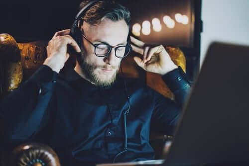 emotionale Selbstfürsorge - Mann hört Musik