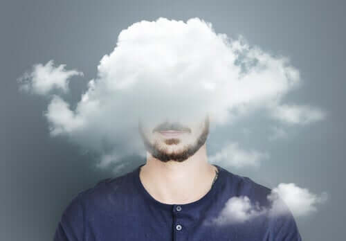 emotionale Überlastung - Mann, von Wolken umgeben