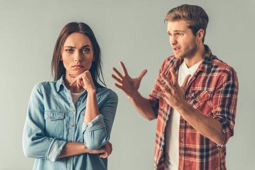 Freunde, die sich passiv-aggressiv verhalten sind hinterhältig
