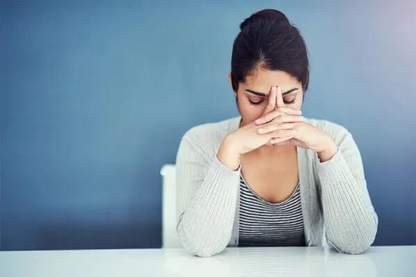 Frau ist durch ihre Verhaltenssucht gestresst.