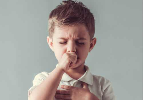 Wie erkennt und behandelt man Tic-Störungen bei Kindern?