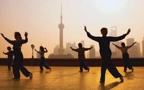 Tai Chi ist laut der östlichen Heilkunde ein Weg zum Gleichgewicht