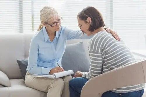 Eine Psychologin berät eine Klientin. Warum studieren mehr Frauen Psychgologie?