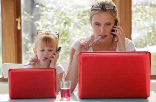 Warum imitieren Kinder Erwachsene?