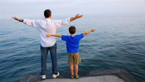 Warum imitieren Kinder Erwachsene - Vater mit Sohn
