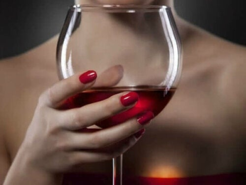 Mythos von Dionysos - Frau mit einem Rotweinglas