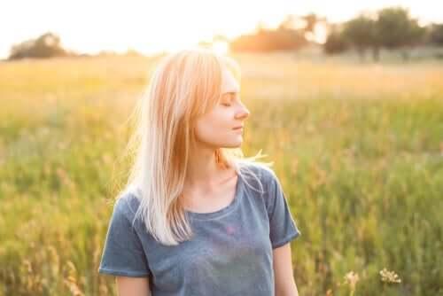 Selbstmitgefühl - Frau mit geschlossenen Augen