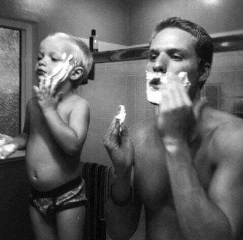 Warum imitieren Kinder Erwachsene - Vater mit Sohn im Bad