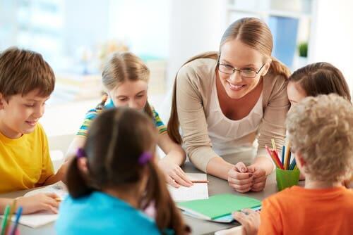 Wertebaum - Kinder mit Lehrerin