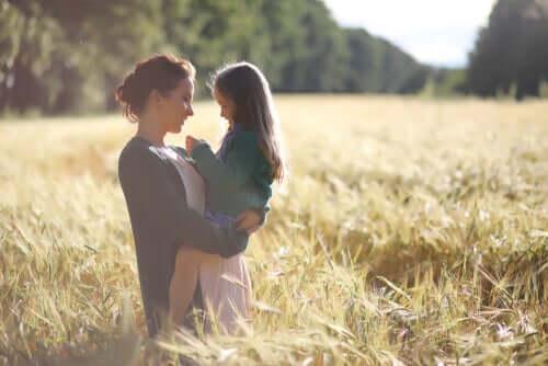 Warum imitieren Kinder Erwachsene - Mutter mit Tochter