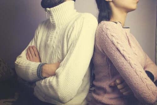 Kollusive Spiele in einer Beziehung sind Fallen, die toxische Mechanismen von Schuld, Vorwürfen und Unsicherheit aufrechterhalten