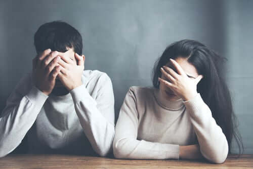 Kollusive Spiele in einer Beziehung entstehen normalerweise durch unterdrückte, ähnliche und nicht geheilte emotionale Wunden in der Kindheit