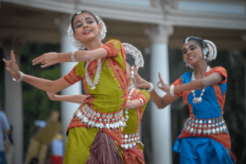 Kulturelle Aneignung - tanzende Frauen