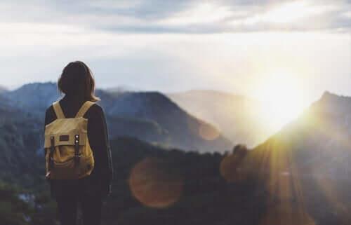 Weglaufen - Frau auf einem Berggipfel
