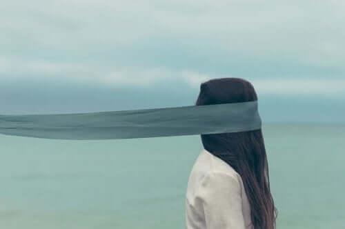komplexes Denken - Frau mit verbundenen Augen