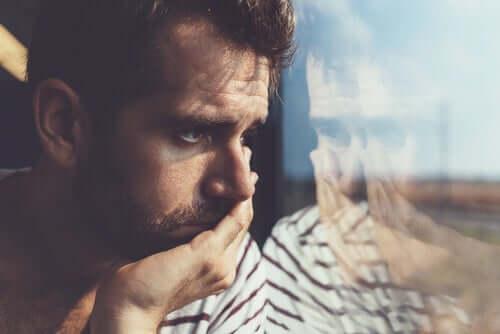 verletzen dich - Mann blickt aus dem Fenster