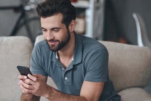 Dating-Apps - Mann liest angenehme Nachricht
