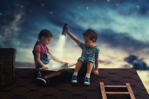 Emotionen verarbeiten - zwei Kinder mit einem Buch auf dem Dach