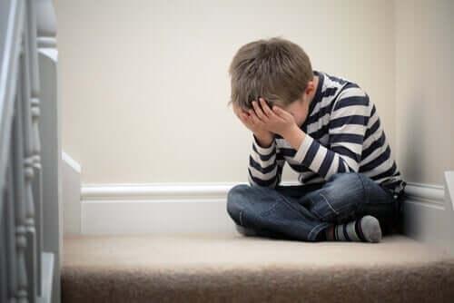 anspruchsvolle Eltern - verzweifeltes Kind auf dem Bett