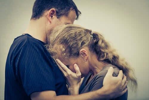 chronische Selbstaufopferung - Mann umarmt Frau