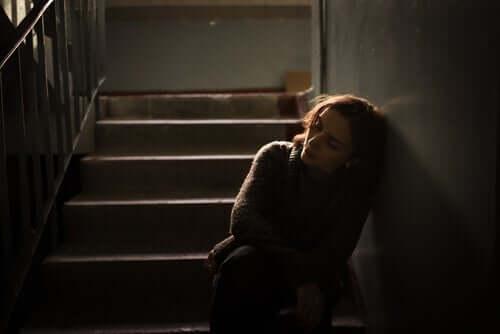 keinen Sinn - Frau sitzt auf einer Treppe