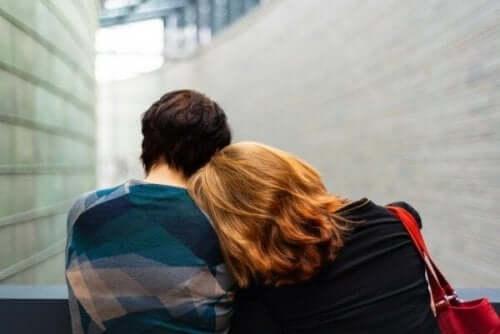 verletzen dich - zwei Menschen auf einer Bank