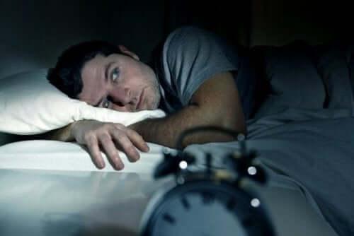 wütend ins Bett - Mann kann nicht schlafen