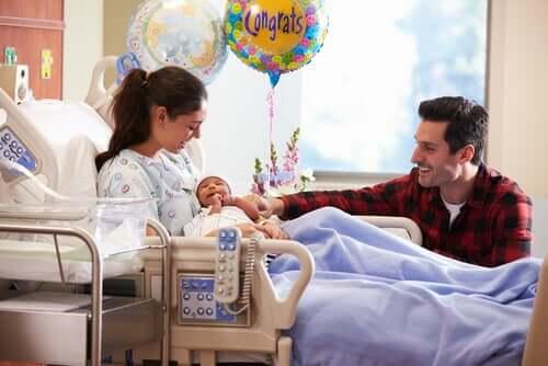 auf der linken Seite - Eltern mit Neugeborenem