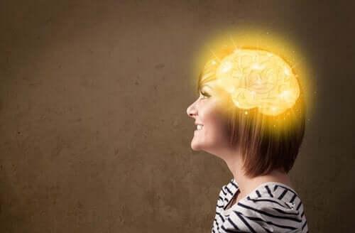gelb leuchtendes Gehirn einer Frau