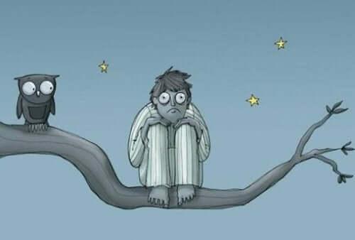 wütend ins Bett - Mann im Schlafanzug neben einer Eule