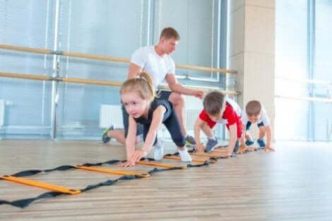 Der Raum, die Materialien und die Rolle der Erwachsenen spielen eine Rolle bei der psychomotorischen Entwicklung