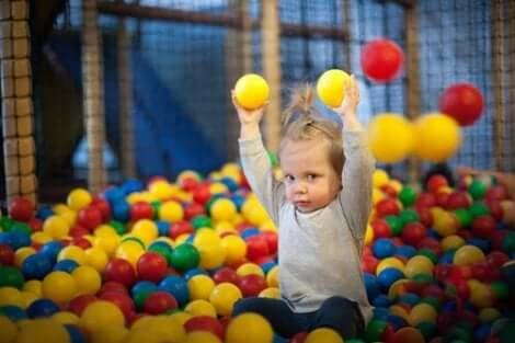 Die psychomotorische Entwicklung: Im Alter von 9 bis 12 Monaten kann ein Kind frei sitzen und stehen
