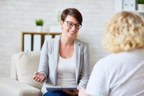 Therapeutin mit Brille befragt Klientin