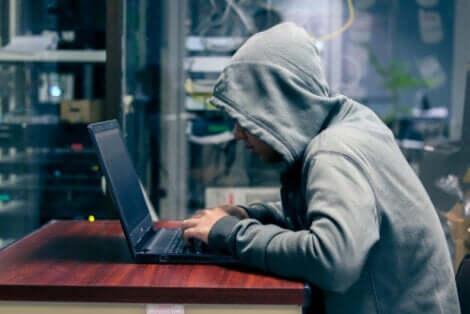 Phishing - Hacker mit Kaputzenpullover