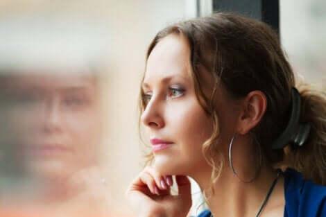 Realität akzeptieren - Frau blickt aus dem Fenster