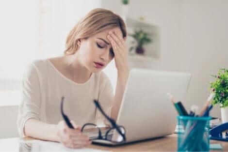 schlechter Schlaf - erschöpfte Frau am PC